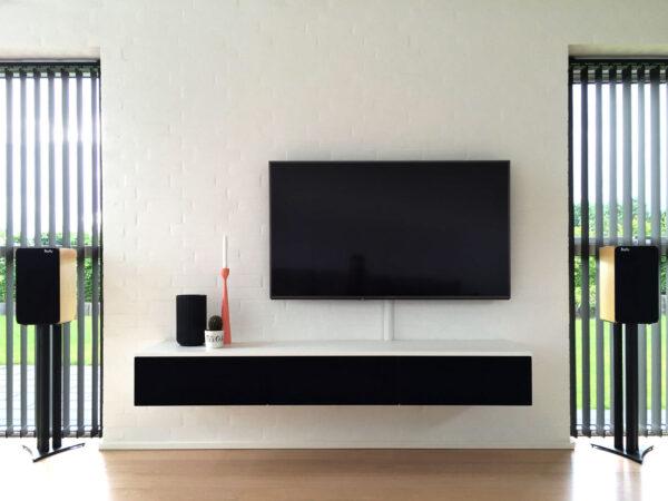 tv bord i hvid med stoflåger