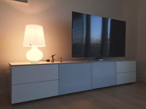tv skænk i hvid med stoflåger