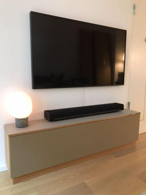 tv bord i linoleum og træ