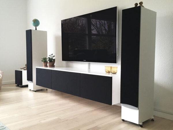 tv møbel i hvid med stoflåger