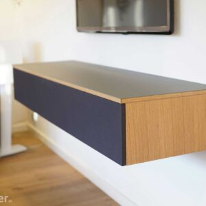 Tv møbel i eg med grå linoleum og stoflåge